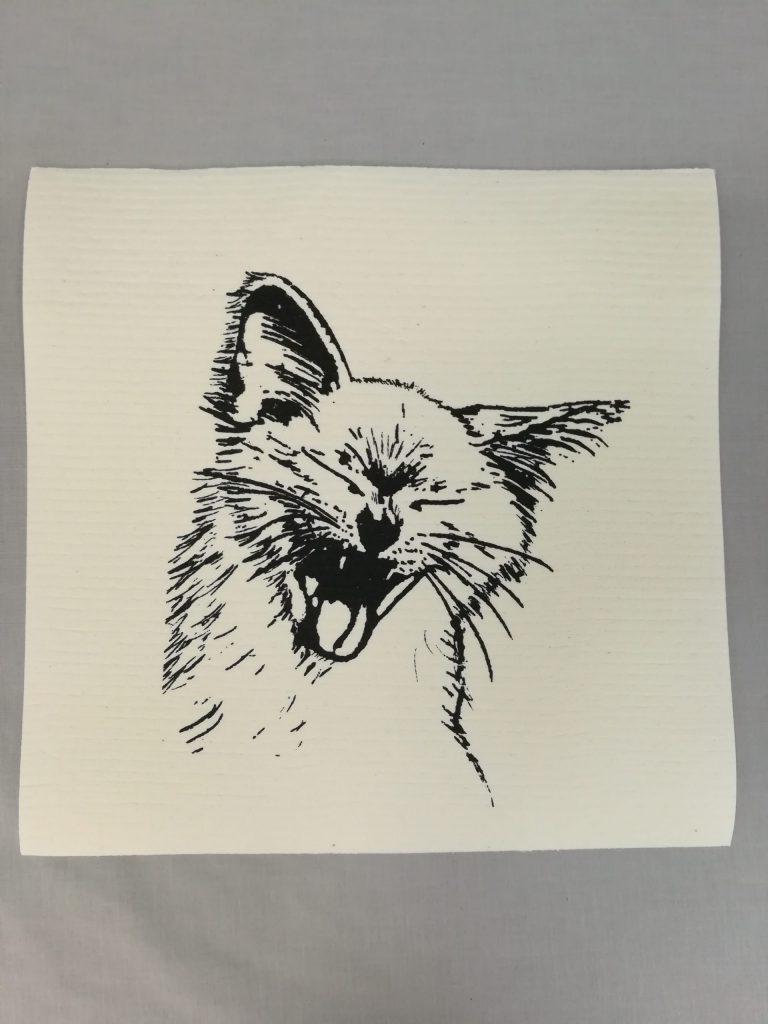 Haukotteleva kissa